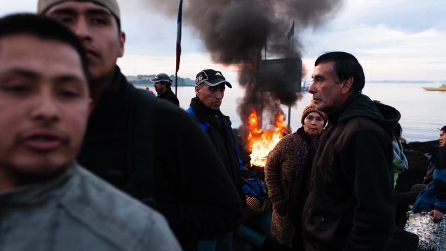 Unos manifestantes bloquean una carretera en Chacao, en la isla de Chiloé. Las familias de los pescadores piden al Gobierno indemnizaciones por las pérdidas económicas provocadas por la marea roja.