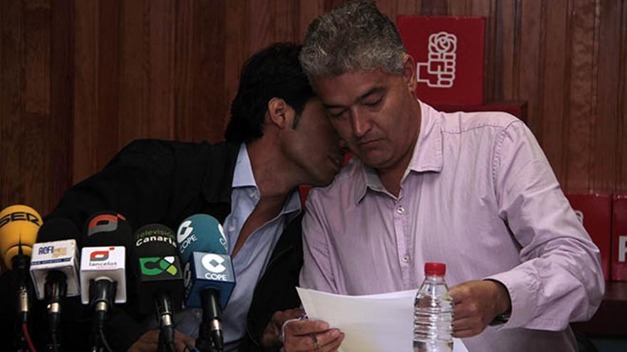 Los consejeros socialistas en Lanzarote Marcos Bergaz y José Juan Cruz, en rueda de prensa