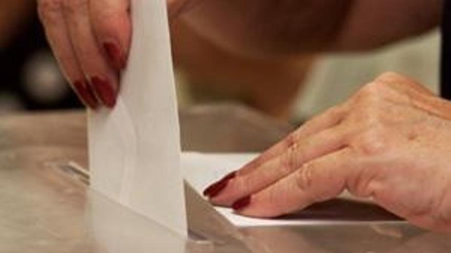 El voto por correo viaja a los colegios electorales para contabilizarse mañana junto con el voto en urna