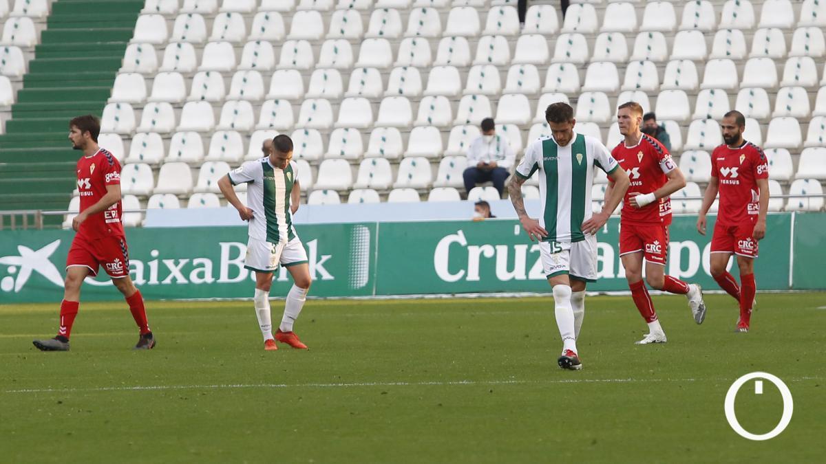 Los jugadores del Córdoba se lamentan ante el Real Murcia.