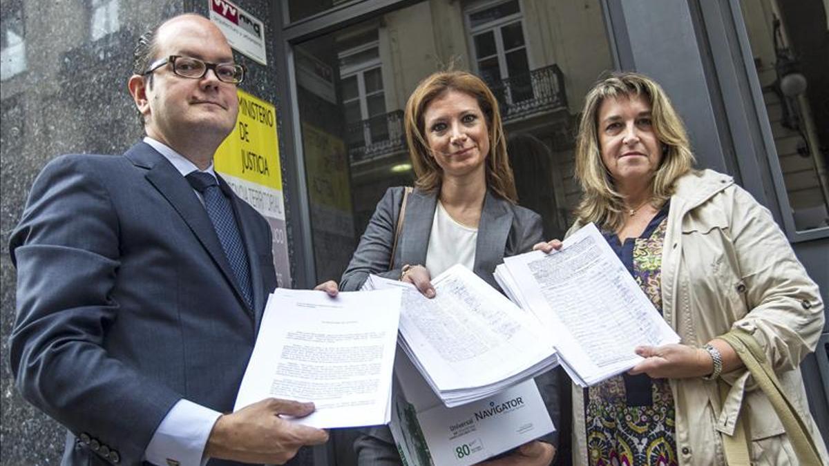 Agustín Ferrer, abogado de la familia; Loreto Dolz, hermana del fallecido y Ana Novella, presidenta de Stop Accidentes
