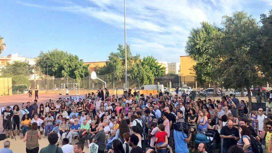 Unos 300 vecinos de la Macarena se concentraron el pasado junio para mostrar su solidaridad a la apertura del centro para menores extranjeros en el barrio.
