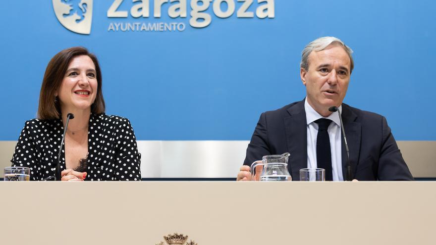 La vicealcaldesa de Zaragoza, Sara Fernández (Ciudadanos), y el alcalde, Jorge Azcón (PP)