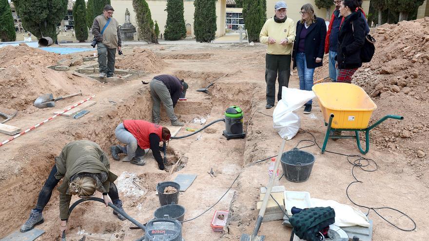 Arqueólogos trabajando en el hallazgo de la fosa en el Cementerio de Alcañiz (Teruel).