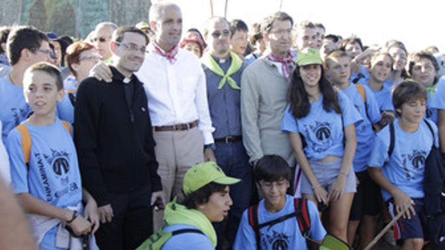 Camps y Núñez Feijoo con jóvenes peregrinos