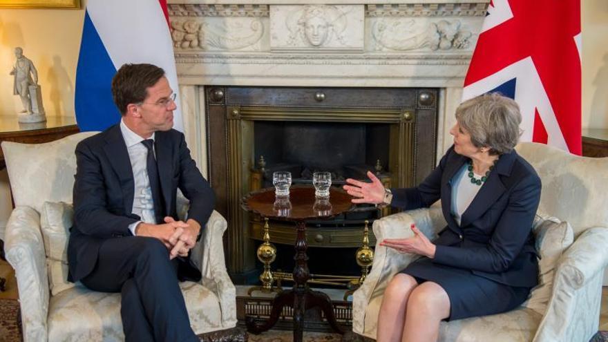 Theresa May se reúne con su homólogo holandés para ajustar el acuerdo del brexit