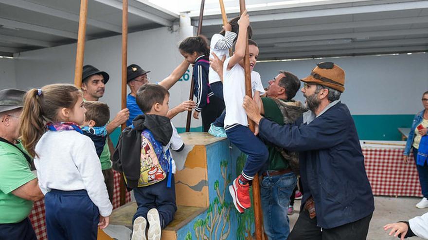 Un grupo de escolares aprende a usar el garrote en una clase de Salto del Pastor.