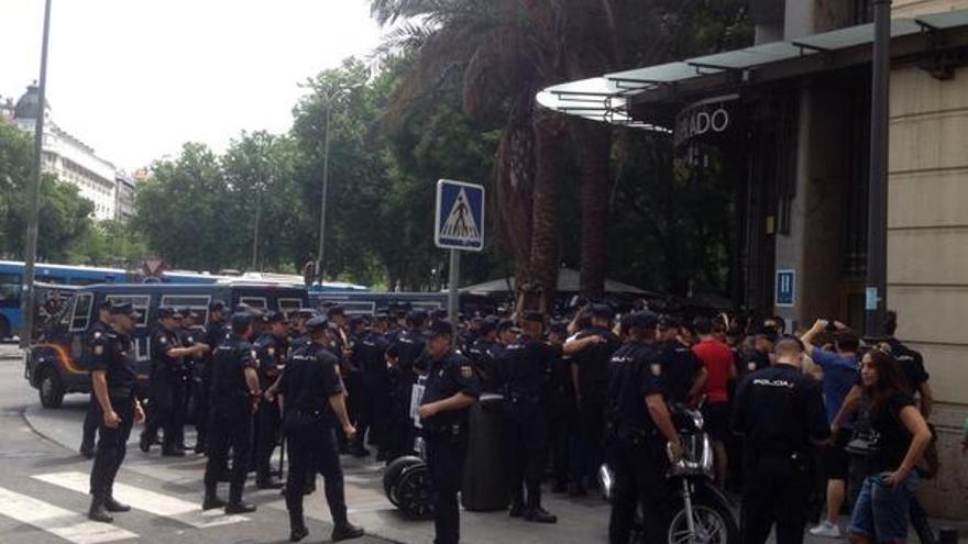 Policía en el Paseo del Prado impide a un pequeño grupo de manifestantes llegar al Congreso donde se ha aprobado la ley de abdicación / Pedro Águeda