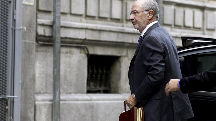 Rato abucheado por los preferentistas a su llegada a la Audiencia Nacional