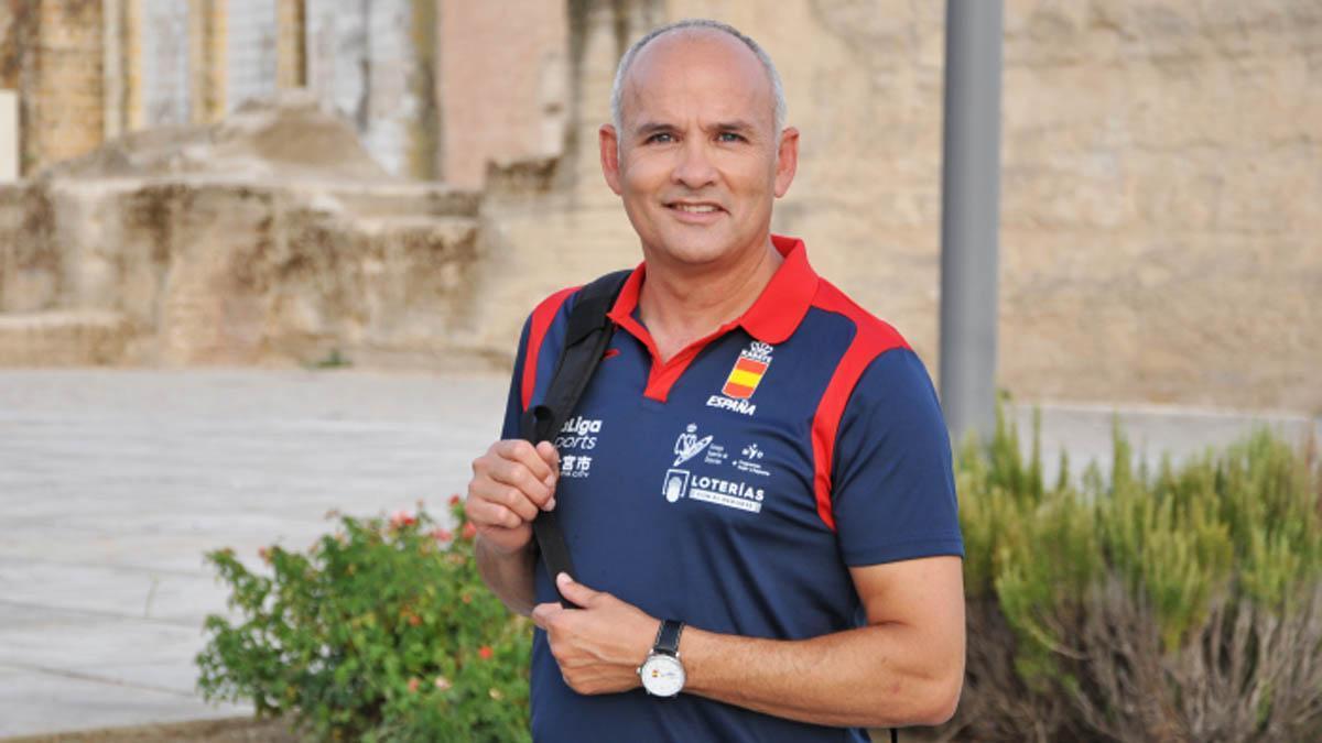 César Martínez posa con el polo de la selección española
