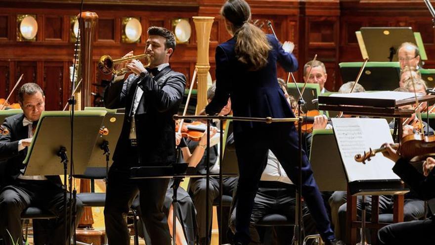 """Manuel Blanco """"roba"""" el corazón de la Primavera de Praga con su trompeta"""