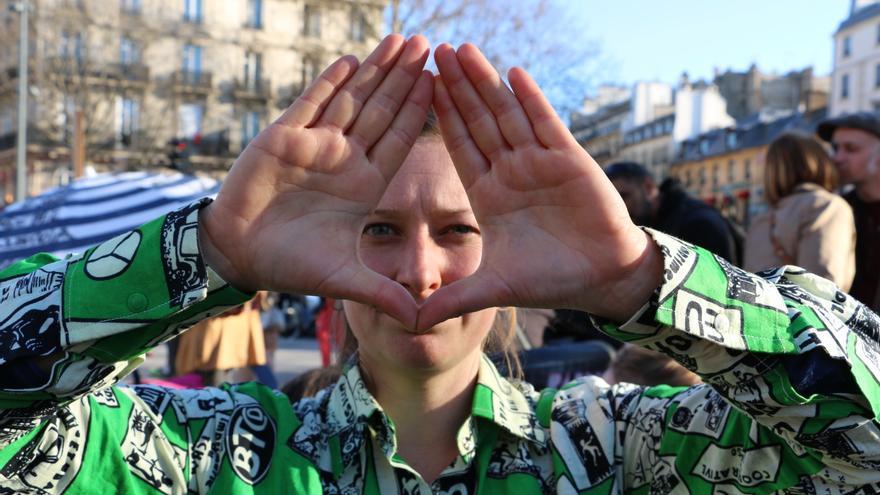 Hélène Nicolas, antropóloga, profesora y feminista, representa el símbolo creado por la comisión feminismos del movimiento Nuit Debout para denunciar acciones de discriminación sexista durante las asambleas.