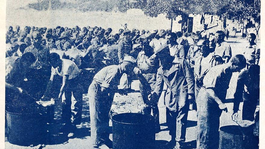 Reparto de rancho a los prisioneros de un campo de concentración. | REVISTA NUEVA ESPAÑA