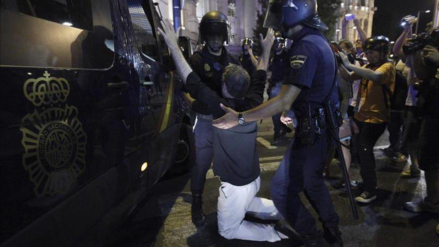Policías procediendo a una detención durante una manifestación en Madrid.