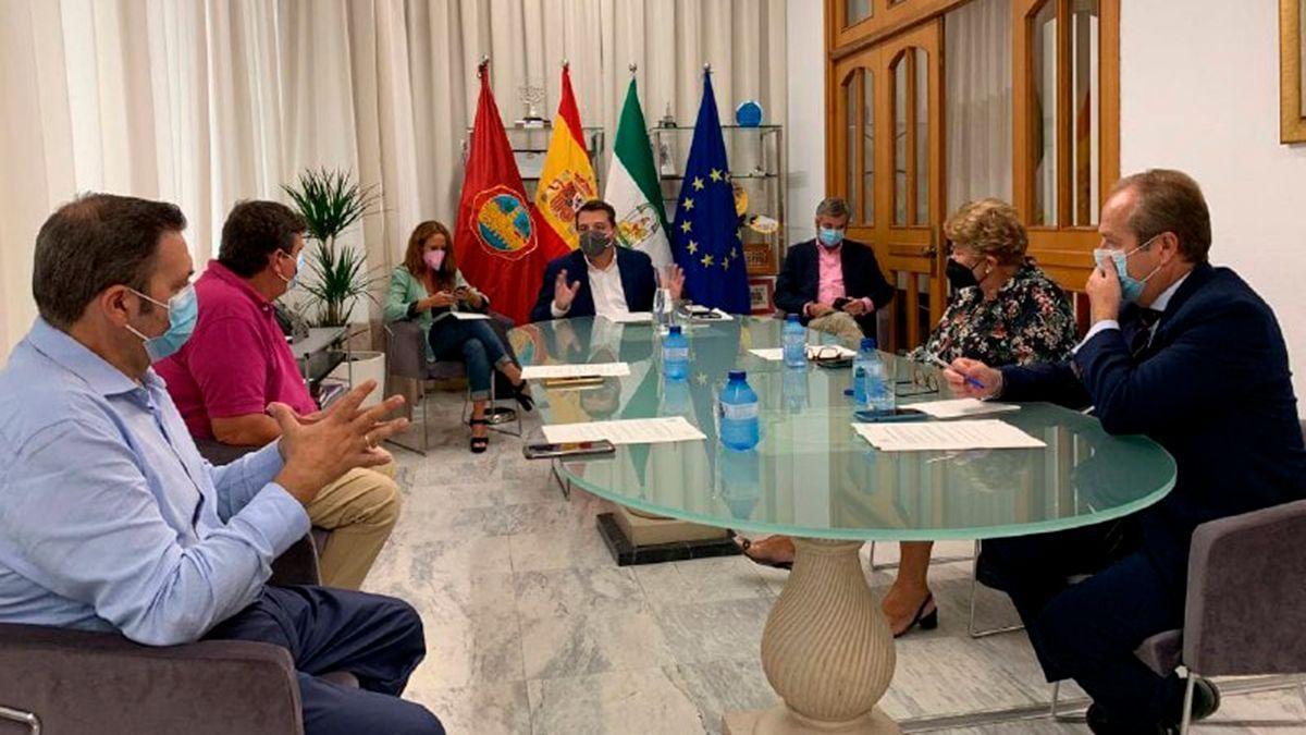 Reunión del alcalde, José María Bellido (centro), y representantes de la Agrupación de Cofradías de Córdoba.