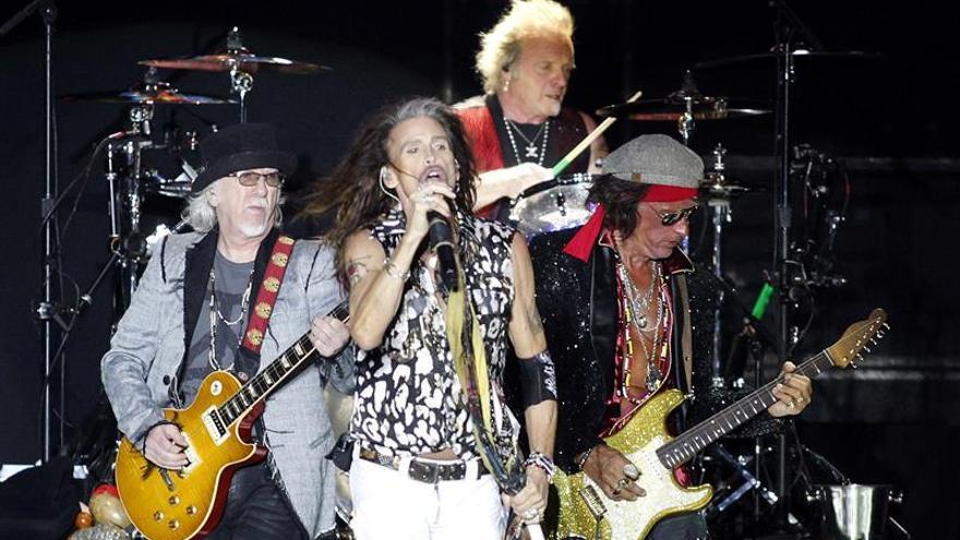 """La banda estadounidense Aerosmith, durante su actuación esta noche en el estadio Heliodoro Rodriguez López de Tenerife, incluido en su gira """"Aero-Vederci Baby""""."""