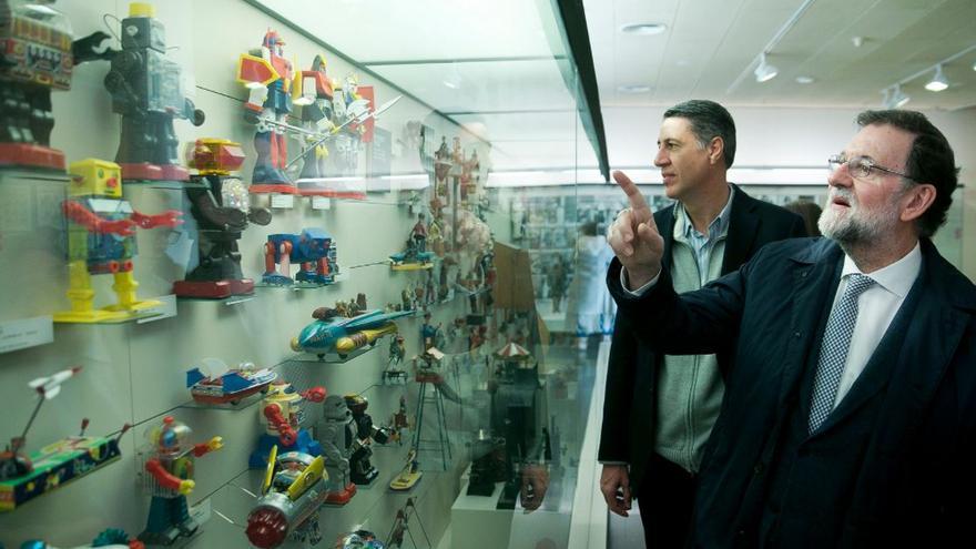 El presidente del Gobierno, Mariano Rajoy, y el candidato del PP a la Generalitat, Xavier García Albiol, en una visita al Museo del Juguete en Figueres durante la campaña electoral del 21D.