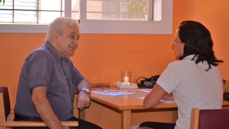 Manuel, en la sede de la Asociación Alzhéimer Santa Elena, junto a la psicóloga María Toro.