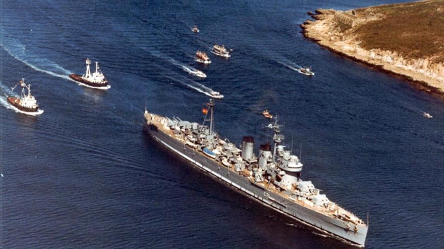 El crucero 'Canarias', en la ría del Ferrol (La Coruña), camino del desguace