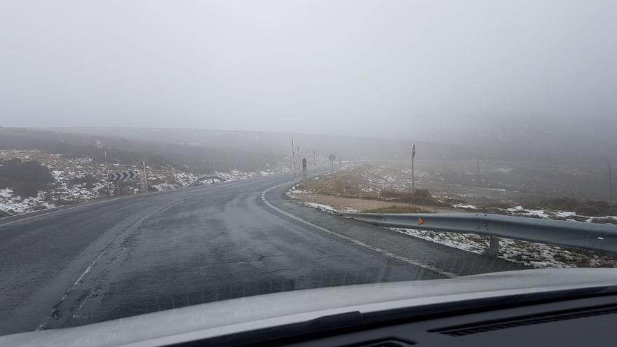 Carretera de Cantabria con nieve. Foto de archivo