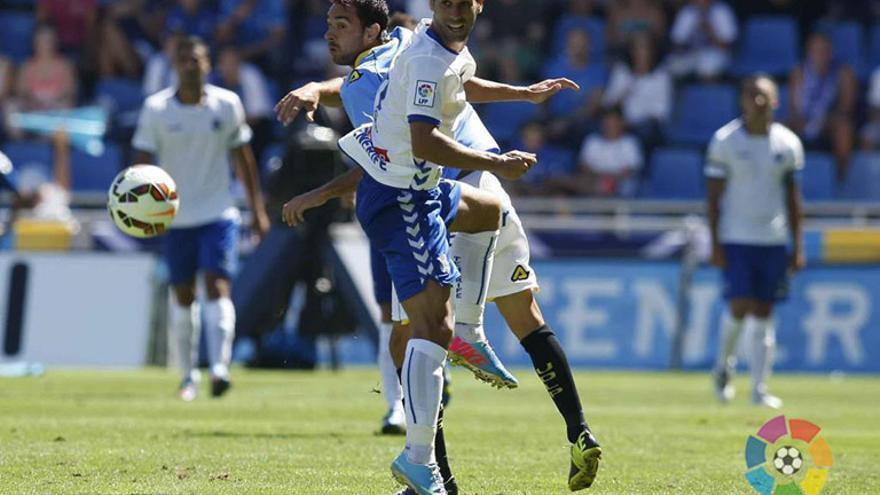 El lateral derecho y uno de los capitanes del Tenerife, Javier Moyano. (C.D.Tenerife/LFP).