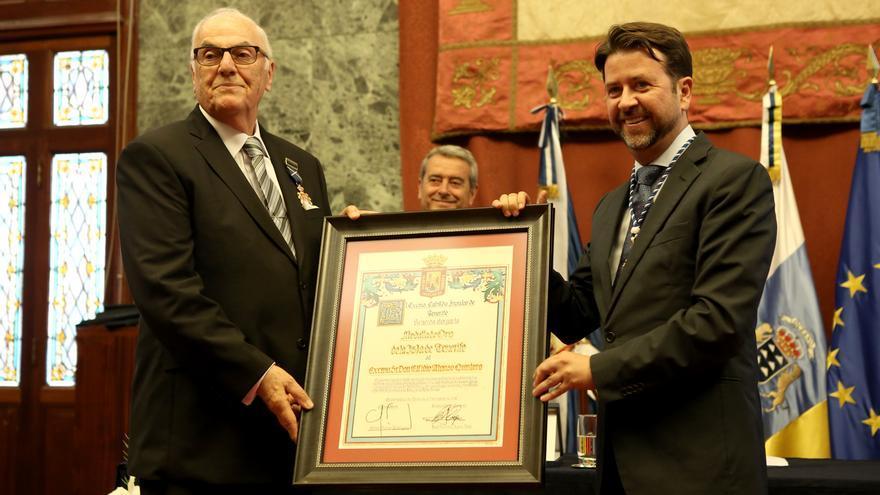 Elfidio Alonso recibe de manos del presidente insular la distinción a título personal que le ha concedido la institución.