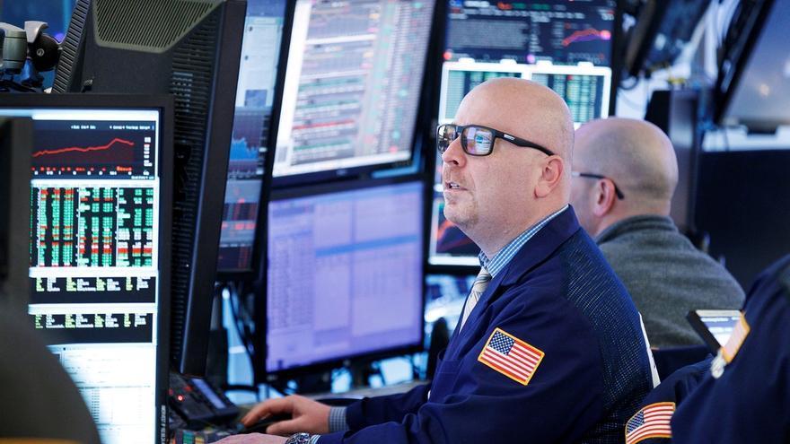 Corredores de bolsa trabajan en la Bolsa de Nueva York (EE.UU.).