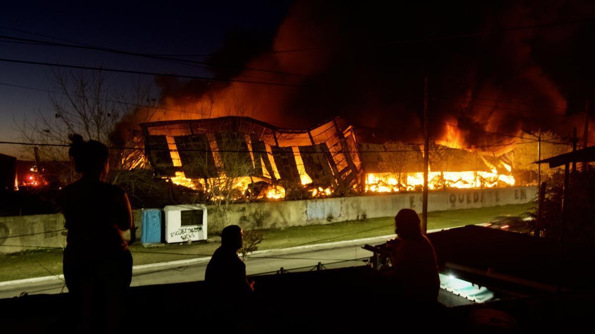 Los galpones seguían ardiendo esta noche