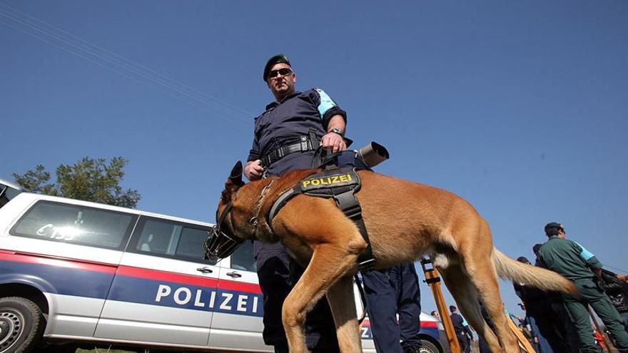 Un policía miembro de la agencia europea de control de fronteras (Frontex) patrulla en la frontera greco-turca.