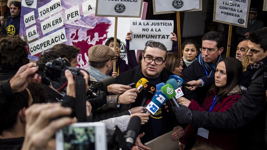 El presidente de la Coordinadora Valenciana de ONGD, Carles Xavier López Benedí, atendiendo a los medios