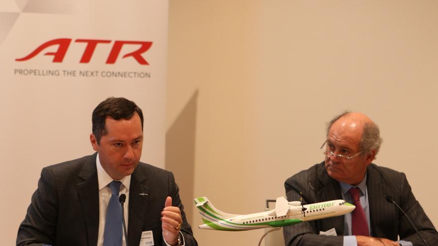 En la imagen, un momento de la firma de la adquisición de nuevos aviones.
