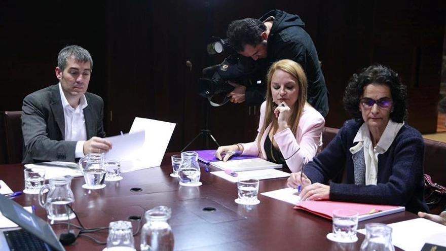 El presidente del Gobierno de Canarias, Fernando Clavijo (i), durante la reunión con los portavoces del Grupo Parlamentario de Podemos