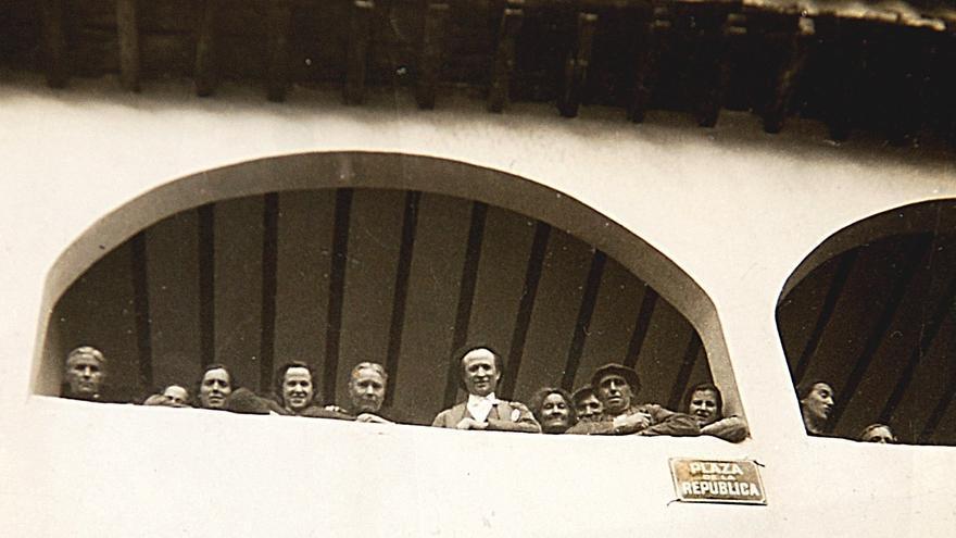 El Ayuntamiento de Budia (Guadalajara) durante la II República en una imagen que inspiró la portada del libro