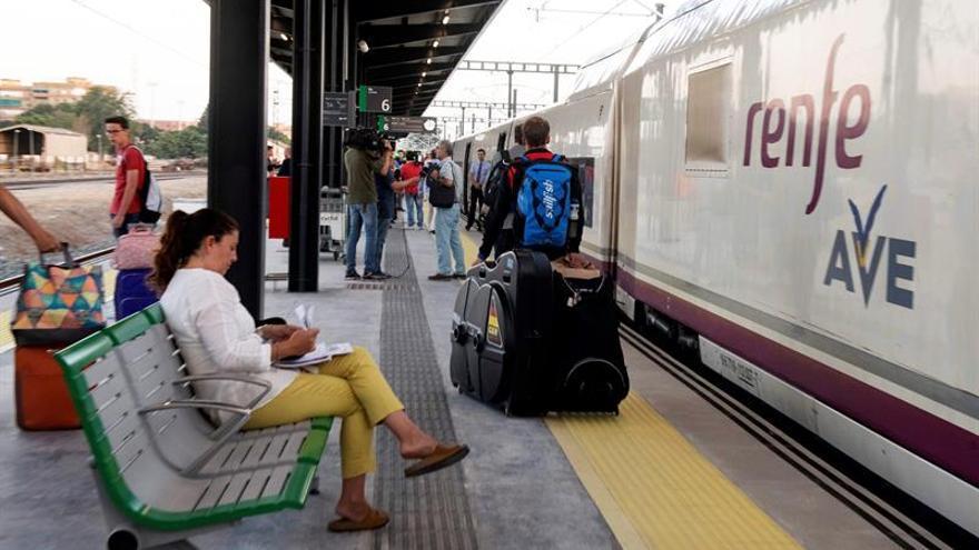 El primer AVE de Granada a Madrid inicia su viaje con un leve retraso