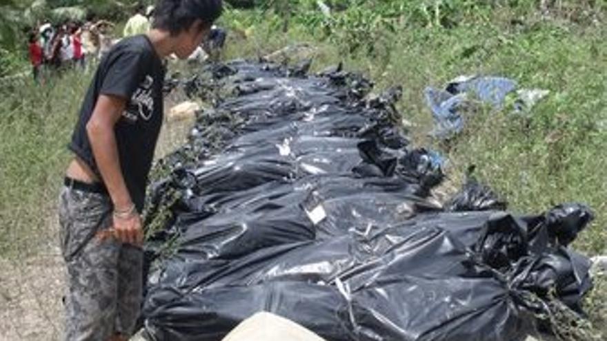 Bolsas de cadáveres tras el tsunami en la islas Mentawai, en Indonesia