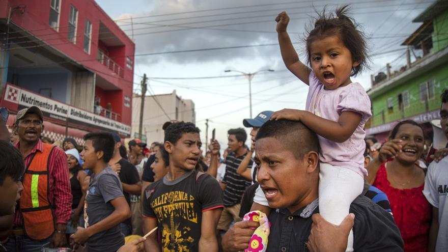 """Migrantes centroamericanos protestan a su paso por la población de Nicolás Romero el martes 3 de abril de 2018 en el estado de Oaxaca (México). El Gobierno de México reiteró hoy la soberanía de su política migratoria y rechazó que esté """"sujeta a presiones"""" tras confirmar la dispersión de la Caravana """"Viacrucis del Migrante"""" por voluntad de sus integrantes. Las secretarías de Gobernación y Relaciones Exteriores señalaron en un comunicado que la política migratoria de México """"busca asegurar que la migración ocurra de manera legal, segura, ordenada y con pleno respeto a los derechos de las personas"""".El presidente de Estados Unidos, Donald Trump, dijo que México disolvió la caravana y se jactó de que México ha actuado debido a sus amenazas de cancelar el Tratado de Libre Comercio de América del Norte (TLCAN)."""