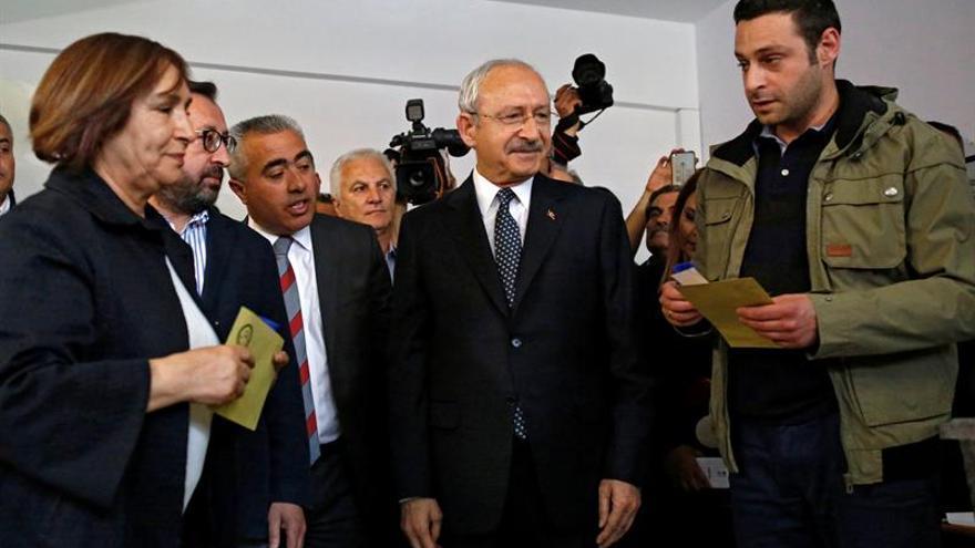 """El mayor partido opositor de Turquía denuncia actos """"ilegales"""" en el recuento"""