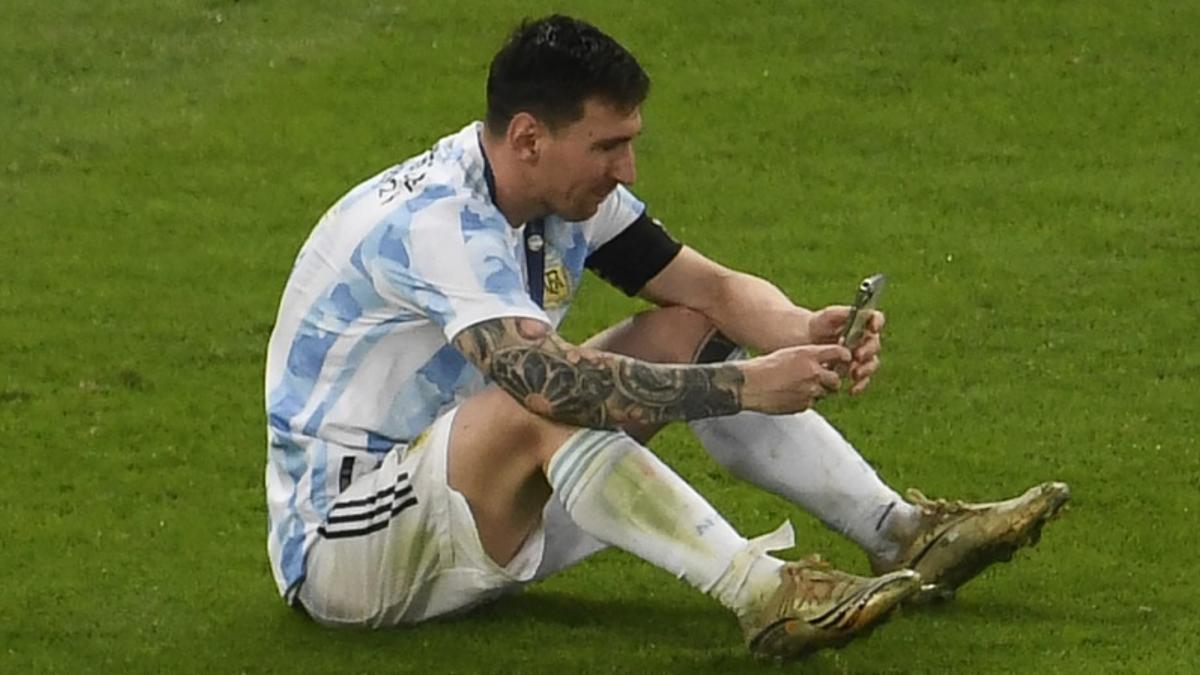 Lionel realizando una videollamada, en pleno campo de juego del Maracaná, con su familia en Barcelona.