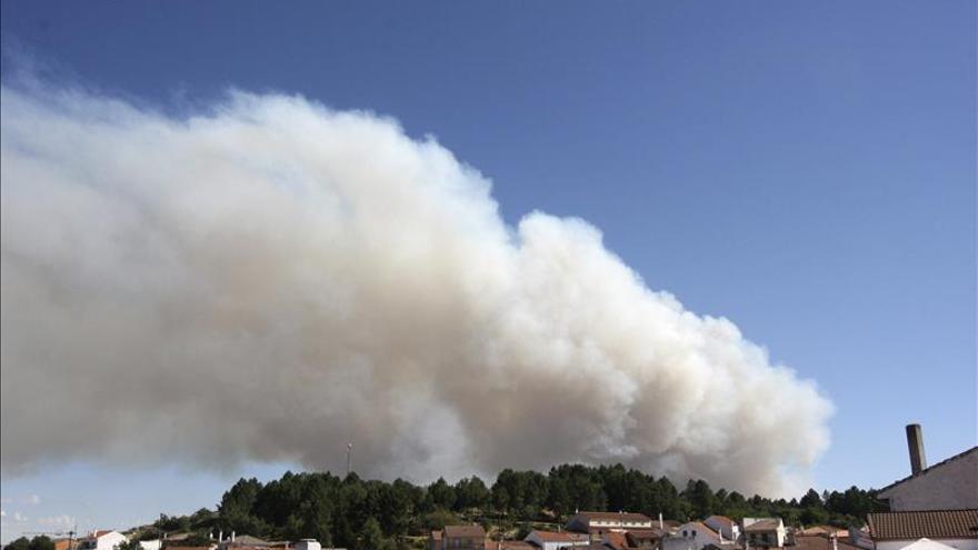 Imagen del jueves, de una columna de humo del incendio forestal declarado en Acebo (Cáceres), desde el término municipal de el Payo (Salamanca) del que se encuentra a menos de un kilómetro. / EFE.