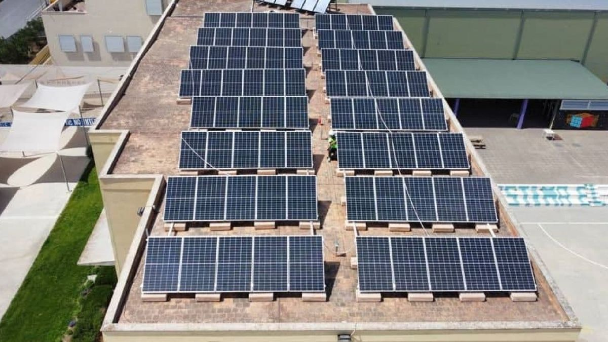 Instalación de placas solares para el autoconsumo en un edificio público de Mallorca.