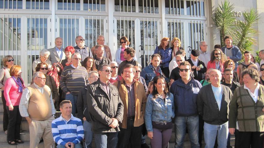 Los últimos seis imputados de la Acampada Dignidad reciben el apoyo ciudadano a las puertas de los juzgados de Córdoba.