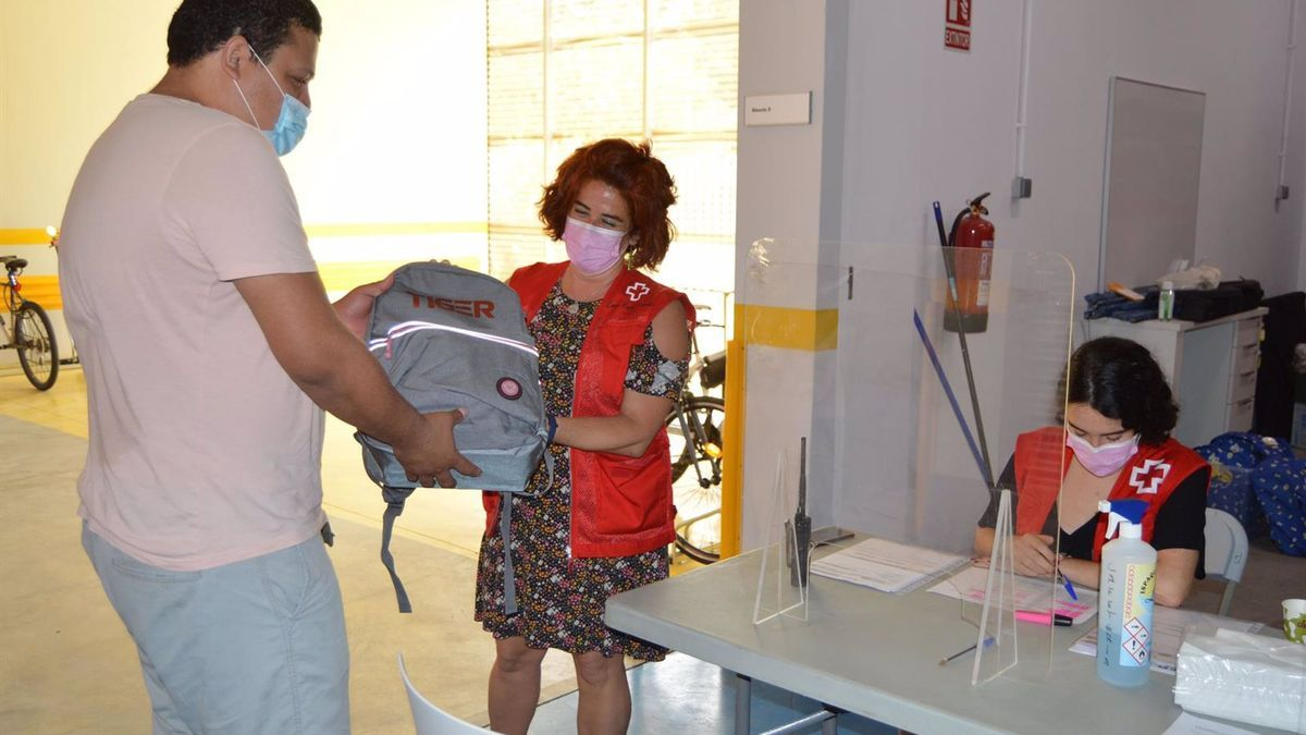 Cruz Roja reparte material escolar para menores.