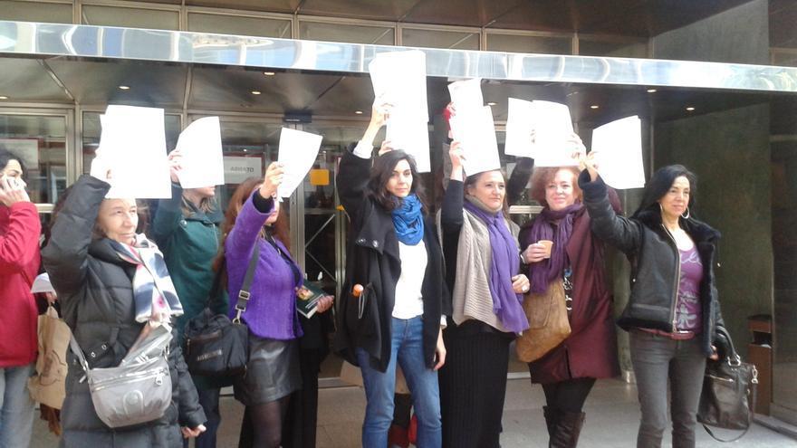Yolanda Domínguez (en el centro) y varias mujeres acuden al registro mercantil de Madrid para inscribir sus cuerpos