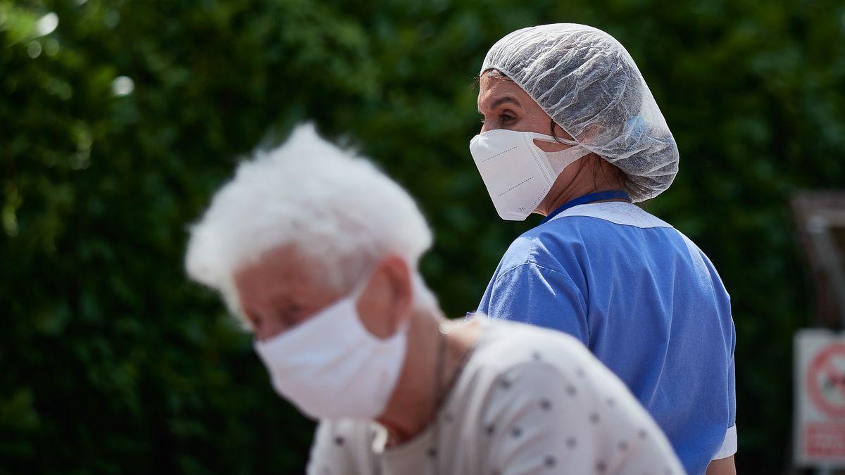 Una residente y una trabajadora sanitaria de la 'Casa de Misericordia' de Pamplona
