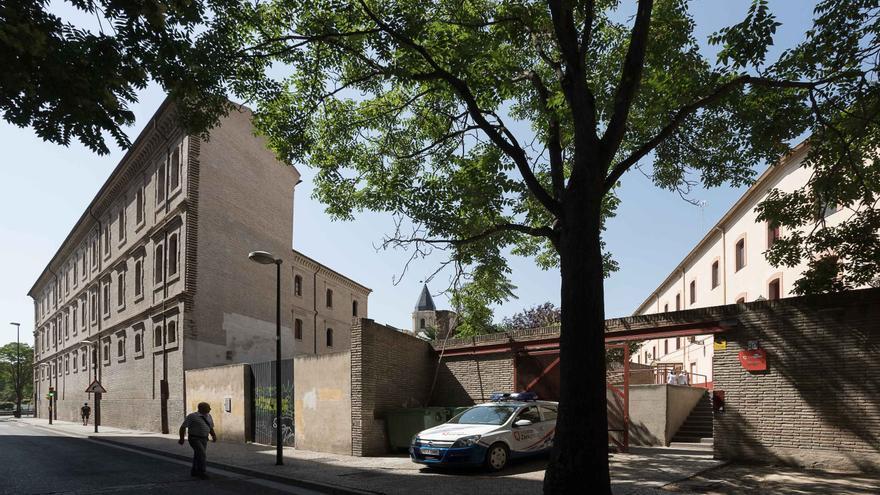 El actual albergue (a la derecha) y el antiguo cuartel de San Agustín (izquierda)