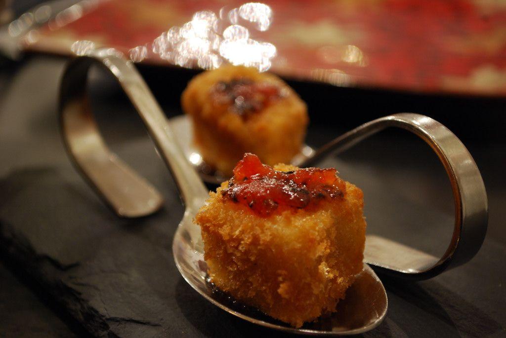 Croquetas líquidas de queso sobre confitura de tomate y aceitunas negras0001
