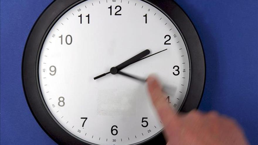 Cuba retrasa una hora a los relojes para restablecer el horario normal