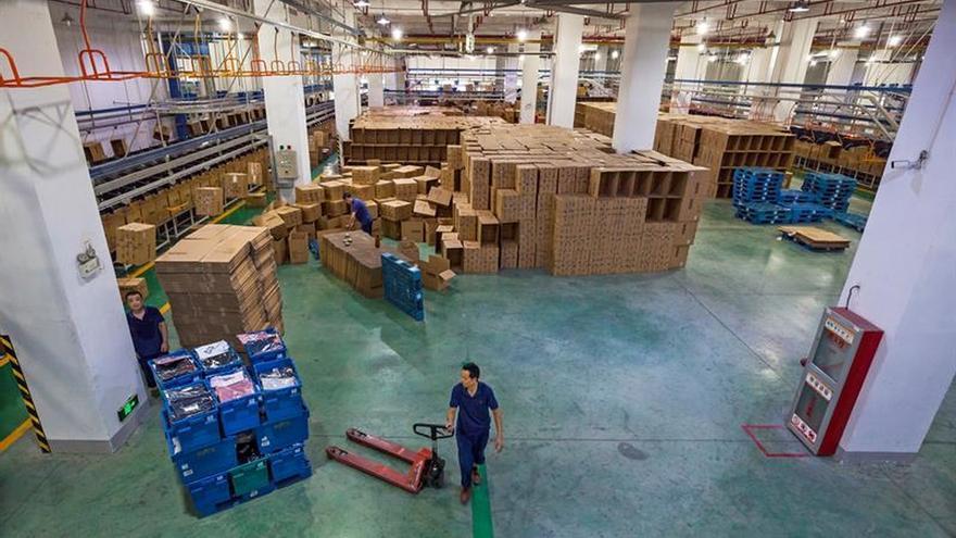 """China dice que seguirá firme en """"defender sus intereses"""" en la guerra comercial"""