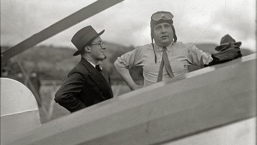 Juan de la Cierva, con gorro y gafas de aviador, en el aeródromo de Lasarte (Gipúzcoa)