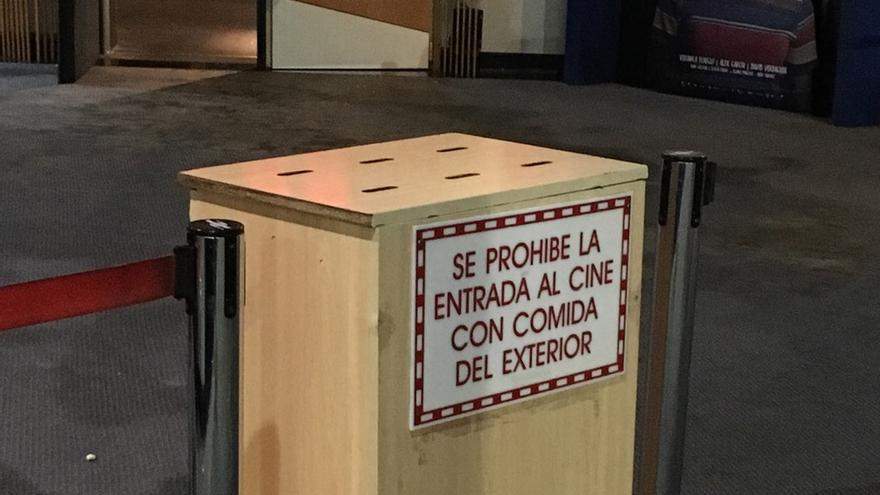 Cartel colocado en los cines IMF Finestrat con la advertencia de la prohibición